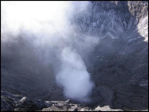 Bromovulkanen - udsigt ned i krateret 2